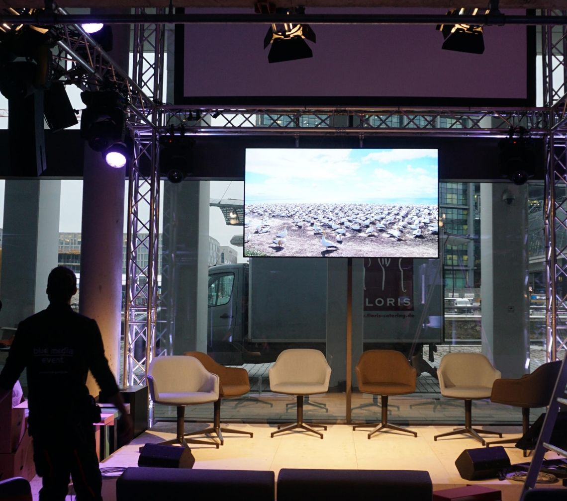 große Monitore bis 2.45 m  Bilddiagonale Gerade in hellen Räumen eignen sich Bildschirme oft besser als Projektoren.