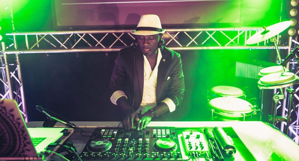 DJ Mit Percussion One Man Show - Profi Event DJ für NRW und deutschlandweit DJ Mit Percussion One Man Show - Profi Event DJ für NRW und deutschlandweit
