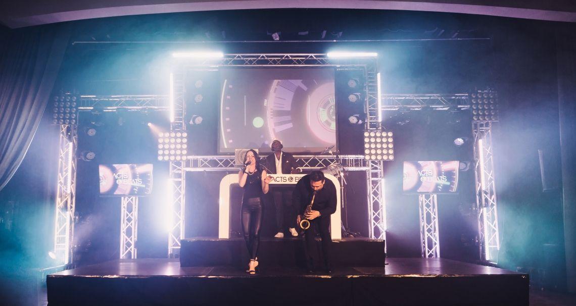 DJ Mit Sängerin und Saxophon und weiteren Musikern DJ Mit Sängerin und Saxophon und weiteren Musikern